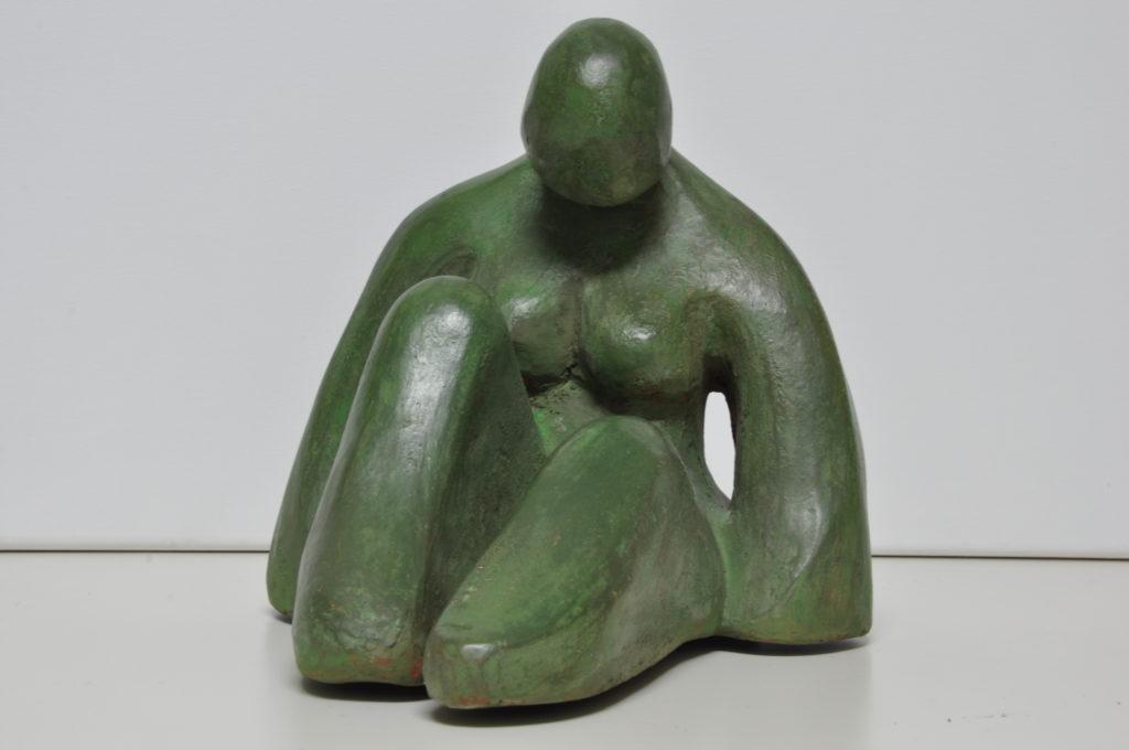 Escultura Mujer sentada.