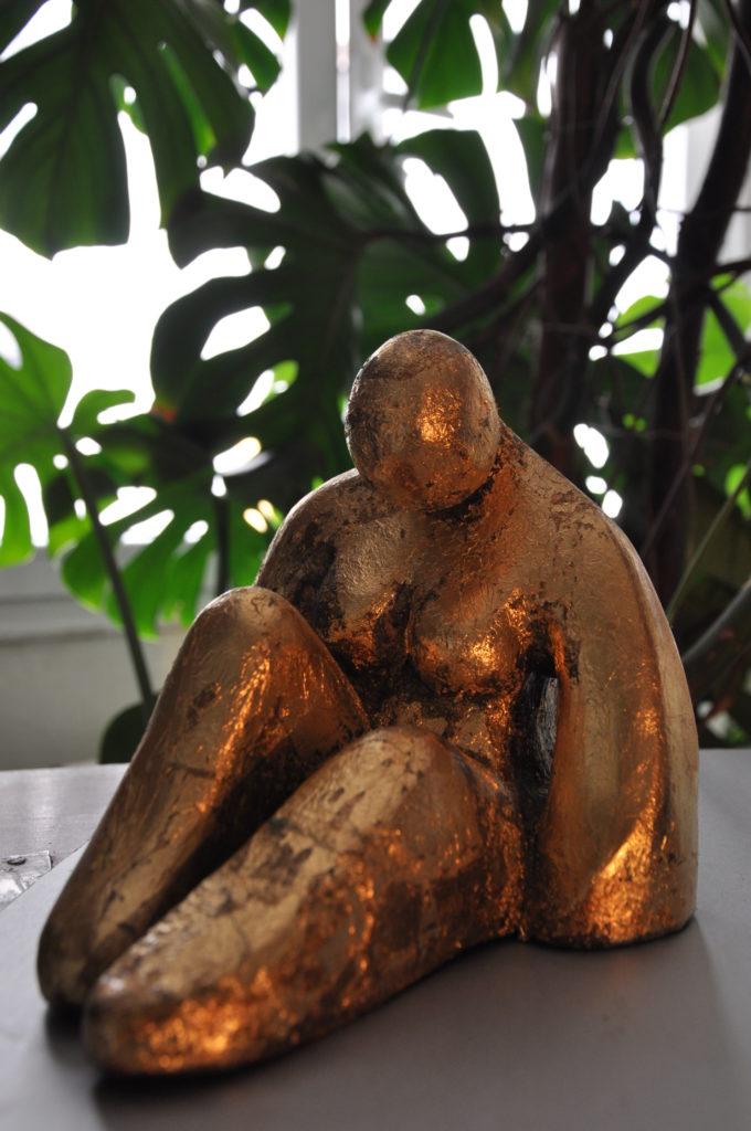 La duda. Cerámica patinada con láminas de oro 27x 20 x 20 cms. 2020. Bego Otero