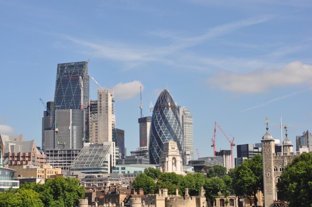 Vista de Londres, edificio Gherkin en el centro de la fotografía